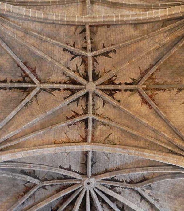 Restaruación de la iglesia de Robledo de Chavela en Madrid por Acerouno. Recuperación de deformaciones, de las bóvedas, de pinturas murales, restauración del retablo, cubierta y fachadas exteriores.