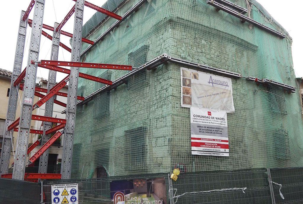 Apeo de fachadas laterales con sistemas técnicos especiales metálicos desmontables en la casa de la cadena de Chinchón por Acerouno.