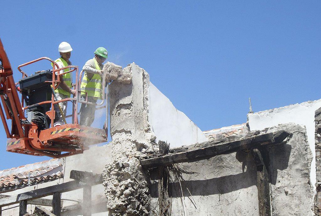 Demolición parcial de armaduras y estructuras murarias en muy mal estado en la Casa de la Cadena de Chinchón por Acerouno