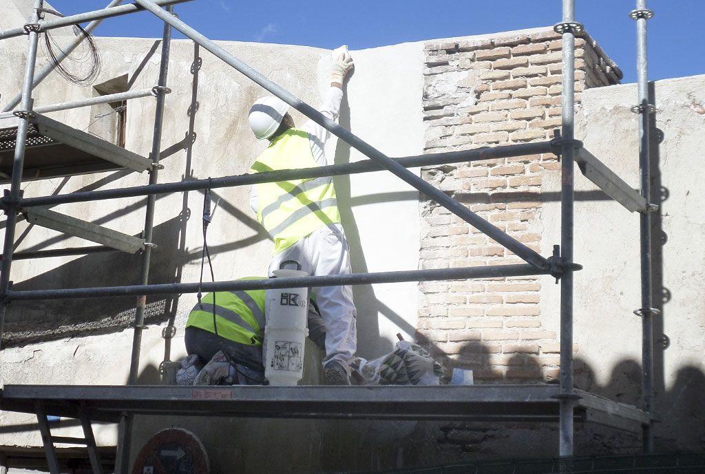 Consolidación de elementos estructurales en muros en muy mal estado en la Casa de la Cadena de Chinchón por Acerouno. Trabajos de revestimiento.