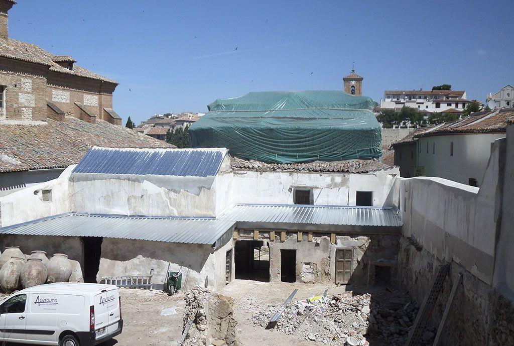 Formación de cubiertas de protección temporal en chapa metálica para zon de cubierta en muy mal estado en la Casa de la Cadena de Chinchón por Acerouno